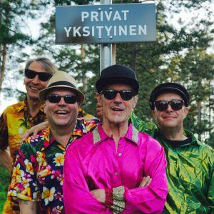 Fyra glada män med solglasögon.