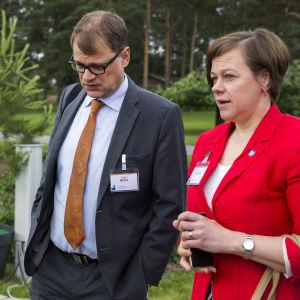 Statssekretare Paula Lehtomäki och statsminister Juha Sipilä i Gullranda i Nådendal den 20 juni 2016.