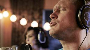 Kun Paula Koivuniemi kohtaa yhdeksän artistia studiossa, laulut johdattavat syvällisiin keskusteluihin.