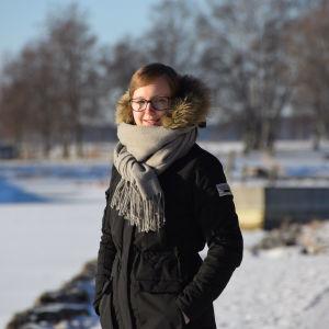 Maria Hagberg i strålande solsken i snön.