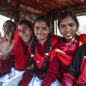 Flickor som kämpat mot barnäktenskap och som nu är på väg till en skola i Berhabad i Indien.