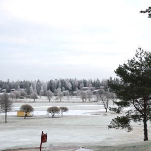 En golfbana i vinterskrud.