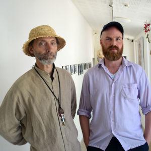 två män i utställningshall
