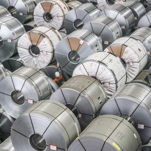 En anställd på en tysk stålanläggning omgiven av stål