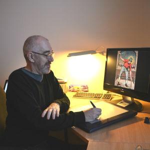 Äldre man sitter framför dator. Han håller i en penna och ritar på en ritplatta. På datorskärmen synns en frägglad teckning av en människa.