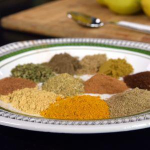 Olika kryddor på ett fat