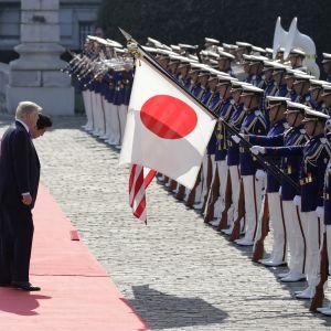 Donald Trump och Shinzo Abe inspekterade hederskompaniet då Trumps statsbesök i Japan inleddes officiellt