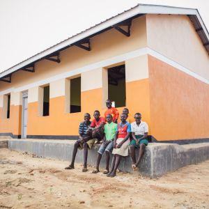 Fler och bättre klassrum behövs för att trygga undervisningen. Kyrkans utlandshjälp bidrar bland annat genom Näsdagskampanjen till utbildningsprojekt för flyktingar i Uganda.