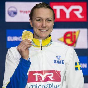 Sarah Sjöström med en av sina EM-guldmedaljer.
