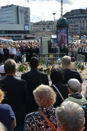 Hundratals Åbobor samlades på Salutorget för en tyst minut.