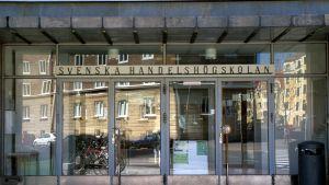 Svenska handelshögskolans huvudingång.