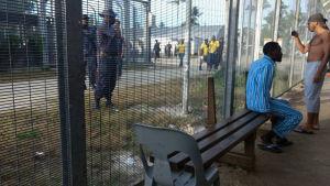 Polisen går in i flyktinglägret på ön Manus i Papua Nya Guinea.