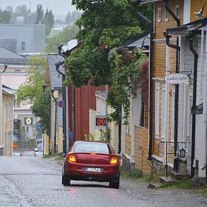 sur gubbe visar att bil kör överhastighet på kyrkogatan i borgå 2016