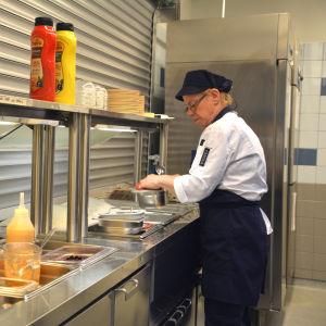 Lunchen förbereds vid centralköket i Houtskär.