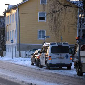 Polisen har stannat ett par bilar vid ett övergångsställe på Metviksgatan i Vasa. Vinter.