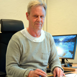 Göran Djupsund sitter vid ett arbetsbord.