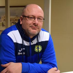 Porträttbild på handbollstränare Henrik Lindroos.