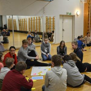 Skolelever i grupp som funderar kring den nya skolan.