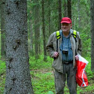 Veikko Laine deltar i skogsterapin i Sibbo storskog