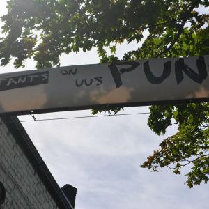 """Banderoll med texten """"Tants on uus punk"""""""