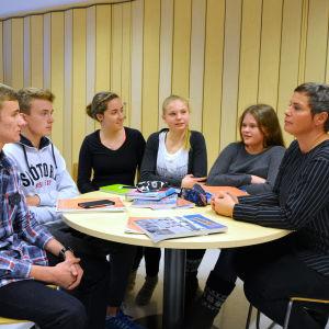 Elever på Vasa övningsskola diskuterar med elevhandledare Pamela Backholm.