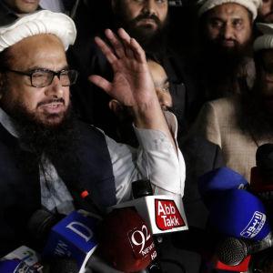Den radikala religiösa ledaren Hafiz Zaaed anklagade USA för att han sattes i husarrest. Saaed talade med reportrar innan polisen for iväg med honom från en moské i Lahore