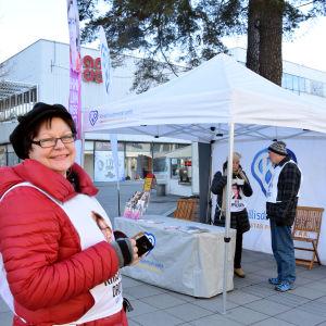 KD:s kampanjchef i Nyland Kristiina Drotár deltar i ett evenemang i Hagalund.