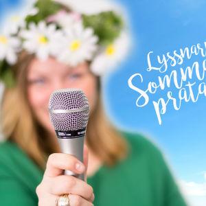 En person med blomsterkrans håller fram en mikrofon. I bakgrunden en klarblå himmel.