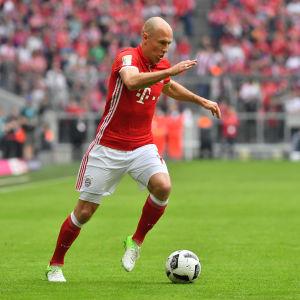 Arjen Robben med bollen vid vänsterfoten.