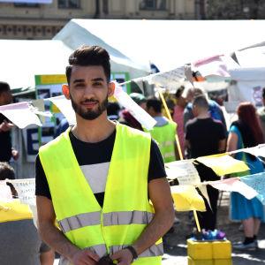 Mustafa Al-azzawi, 19 år, har nyligen fått sitt andra negativa besked på sin asylansökan. När demonstrationen på järnvägstorget fyller 100 dygn har han deltagit som frivillig i två dagar.