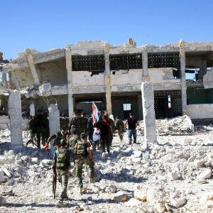 Syriska soldater i det palestinska flyktinglägret Handarat i Aleppo som regerinsstyrkor lyckades erövra, men åter förlora under helgen.