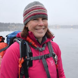 Eva-Lotta Backman-Winquist klädd för skridskofärd utanför Munksnäs