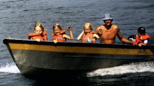 Elina Vähälä isänsä, pikkuveljensä ja kavereittensa kanssa veneellä.