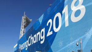 Stort lakan med texten Pyeongchang 2018 på en av idrottsanläggningarna.