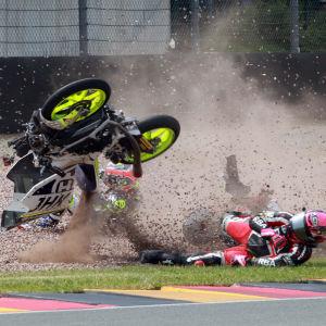 Motorcykelförare kraschar.