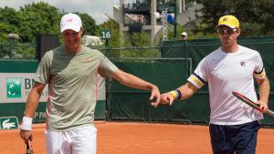 Tennispelaajat Henri Kontinen ja John Peers juhlivat voittoa Ranskan avoimessa tennisturnauksessa.