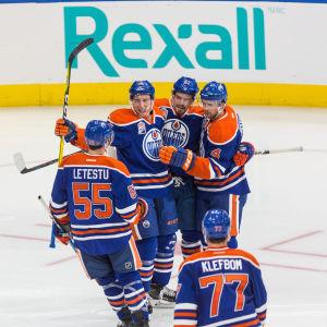 Edmonton Oilers firar ett mål.