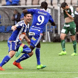 Blåklädde HJK-spelaren Demba Savage firar mål med en lagkamrat.