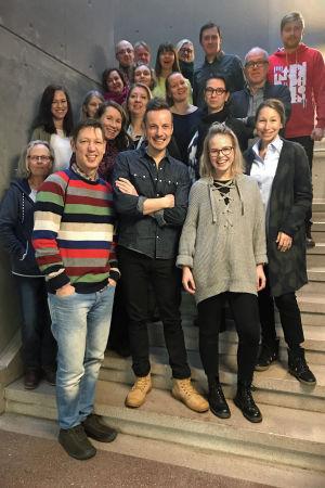 Barnredaktionen på Svenska Yle poserar i en trappa