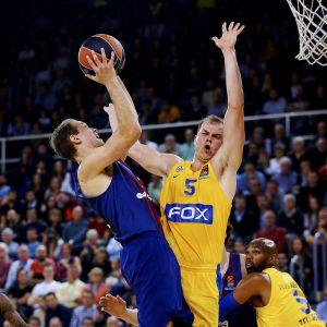 Maccabis Michael Roll försöker hindra Petteri Koponens skott.