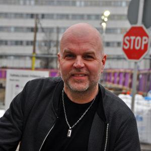 Niklas Rosström framför nybygge i Böle