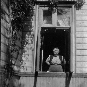 Helena Södergran vid fönstret till den Södergranska villan.