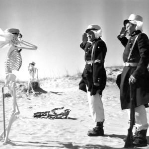 """Kotimainen elokuva """"Sankarialokas"""". Muukalaislegioonan soturit kersantti Nielsen (näyttelijä Jussi Jurkka) ja Tom Smith (näyttelijä Lasse Pöysti) tervehtivät aavikolle uupuneita tovereitaan."""