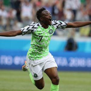 Ahmed Musa jublar efter mål mot Island.