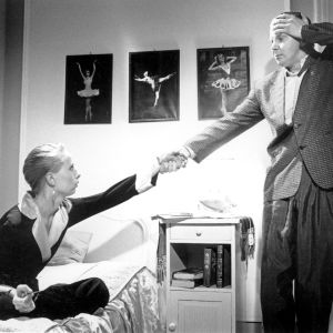 Kati Outinen ja Pirkka-Pekka Petelius elokuvassa Hamlet liikemaailmassa.