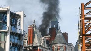 Tjock rökbildning från taket i hotellet Mandarin Oriental i centrala London.