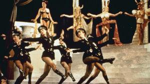 Natsit tanssivat Broadway-musikaalissa. Kohtaus elokuvasta Kevät koittaa Hitlerille (1968).