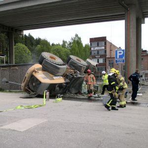 En 20 000 kg tung hjullastare föll från en tio meter hög bro i Lahtis den 27 maj 2017.