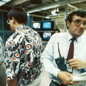 Nyhetsarbete på Yle under Helsinki Summit 1990. Ari Järvinen med Nokiatelefon i handen.