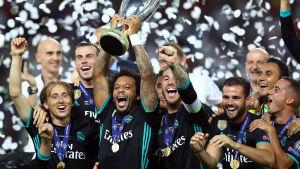 Real Madrid firar efter segern i supercupen 2017.